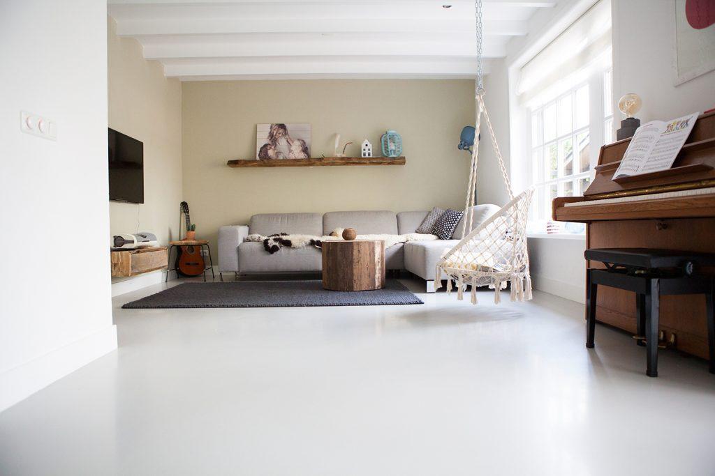 Afwerking balkenplafond en gietvloer woonkamer - Henk Kooij ...